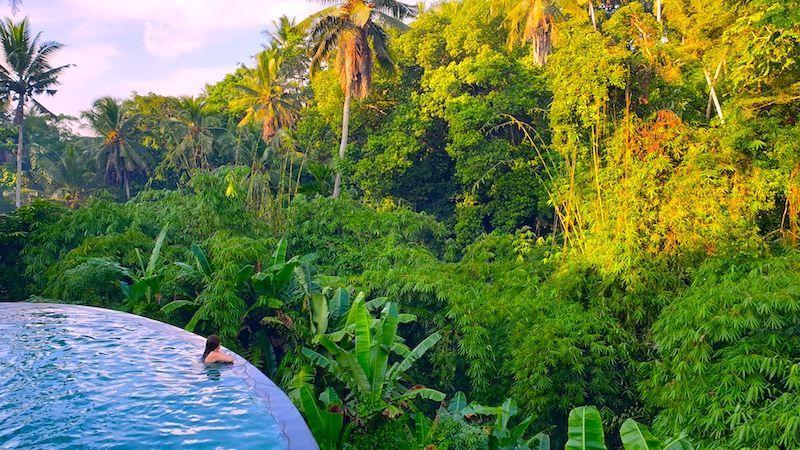 Romi en la increíble piscina infinita del Hotel Pertiwi Bisma 1, en Ubud, Bali.