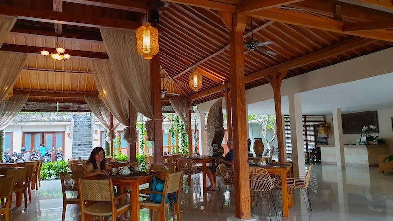 Las mesas del desayuno en el Pertiwi Bisma 1, Ubud, Bali