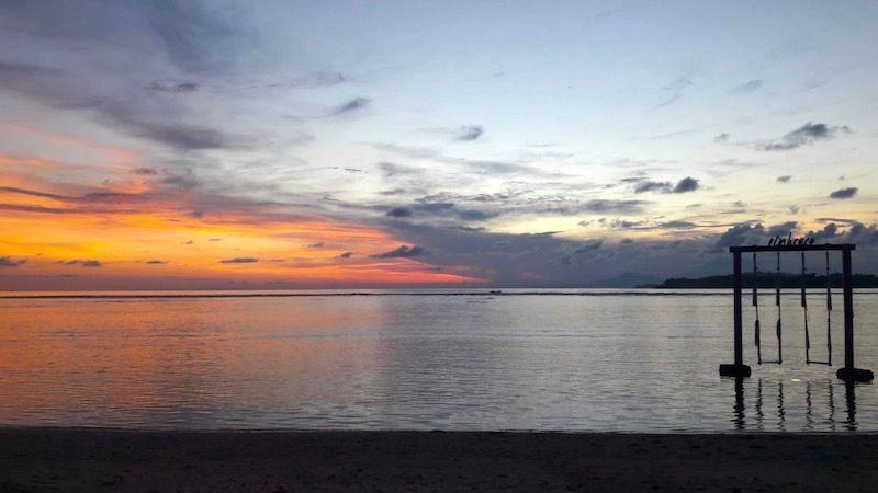 Los columpios del hotel en que nos quedamos en Gili Air, Pink Coco, en la playa al atardecer