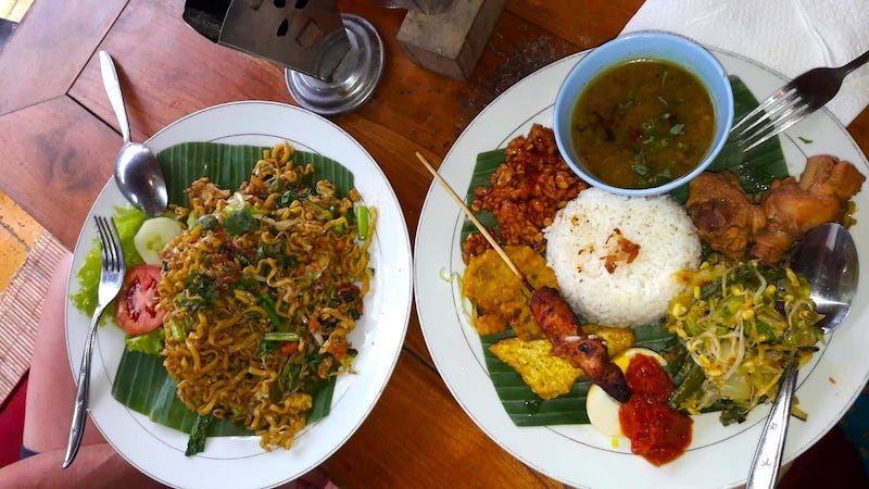 De lo más típico de la comida indonesia es el mie goreng (noodles con verduras) - o la versión con arroz llamada nasi goreng y satay (esas brochetas con tan buena pinta que veis ahí)