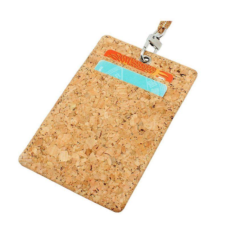 Tarjeta de identificación de equipaje o porta-tarjetas (con capacidad hasta 4 tarjetas) de corcho natural ecológico. Cordón opcional para el cuello, también de corcho.
