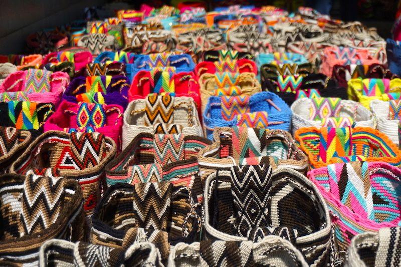 La variedad de bolso tejidos por las mujeres wayuu (cuyos dibujos representan sus visiones del mundo y sus sueños) harán que vayas al cajero más de lo que pensabas de lo bellos que son. Recuerda: Los podrás encontrar en varias partes del Mundo a precios abusivos. Aquí, los encontrarás a un precio justo por su trabajo, no regatees.