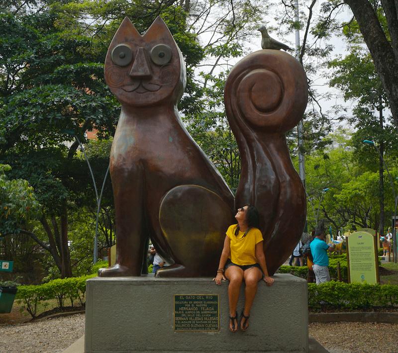 Inês con el famoso Gato del Rio, en Cali