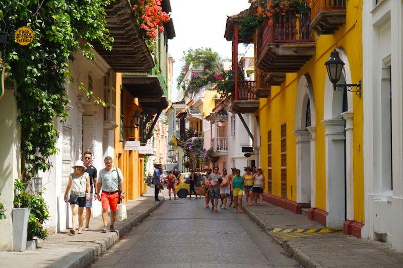 Las calles del centro de Cartagena de Indias son así: coloridas, floridas y con muuuuchos turistas paseando