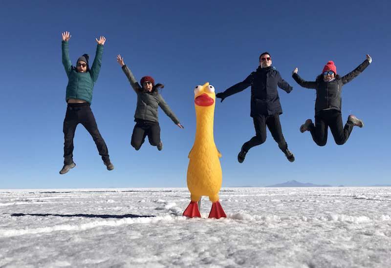 Jugando con la perspectiva y pasándolo pipa en el salar de Uyuni, Bolivia