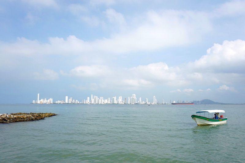 Skyline de Cartagena desde la la playa de Tierra Bomba