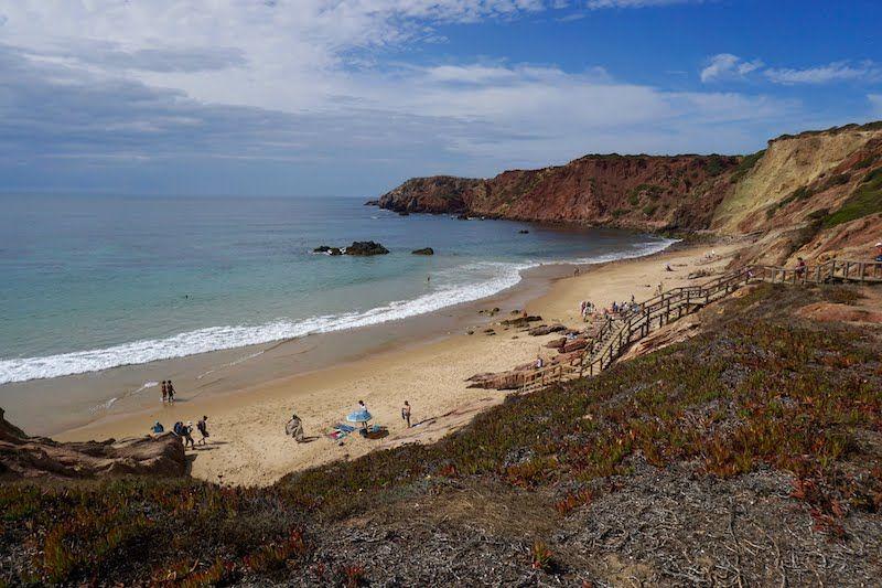 Playa de Amado tiene dos partes muy distintas: a la izquierda está el ajetreo surfero, a la derecha bañistas tranquilxs