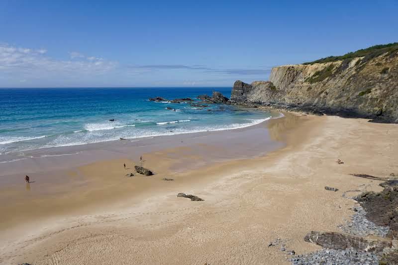 La increíble playa de Amália entró directamente para nuestro top. ¡Ojo! Cuando la marea está alta, la playa se queda mucho más pequeña. Nosotrxs tuvimos suerte.