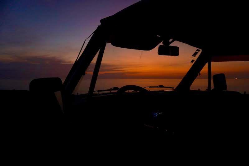 Atardecer en la playa Vale dos Homens desde el coche
