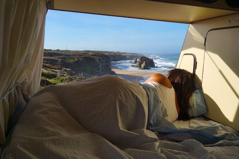 Lo mejor de la vida camper es esto: dormir con el romper de las olas y despertar frente al mar. Y si es en la costa vicentina, mejor que mejor.