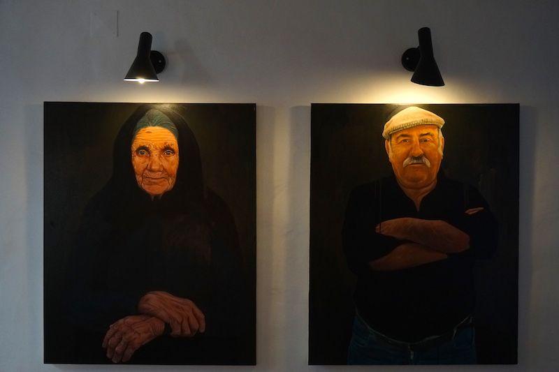 Detalle de dos cuadros que dan la bienvenida en Herdade do Touril. Según nos contaron, son dos vecinos de la cercana localidad de Zambujeira do Mar