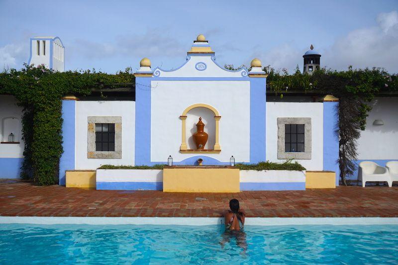 La piscina de la finca con vistas al mar con agua a 27º
