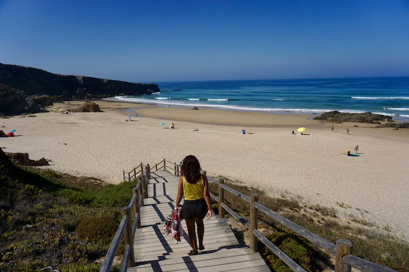 Esta semana la ducha mañanera era de agua salada. Aquí, recién despertados llegando al primer chapuzón del día, en playa de Malhão