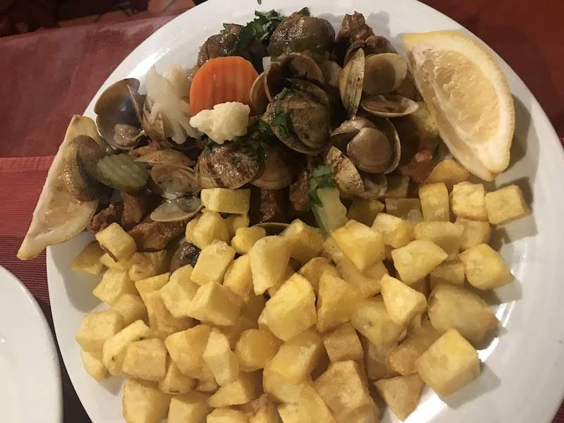 Carne de porco à alentejana, un plato tradicional de esta zona de Portugal