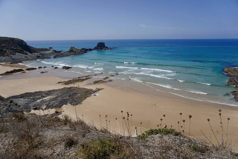 La playa de Zambujeira de Mar es igual que el pueblo: bellísima