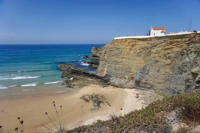 "La capilla de ""Nossa Senhora do Mar"" frente al acantilado de la playa de Zambujeira do Mar"