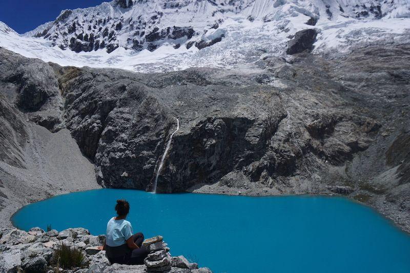 Contemplando la laguna 69 en Huaraz, en uno de los trekking más bellos que hicimos en nuestra vida