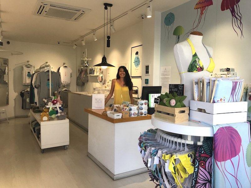 Erika en su tienda Mojo Art Shop, en Corralejo