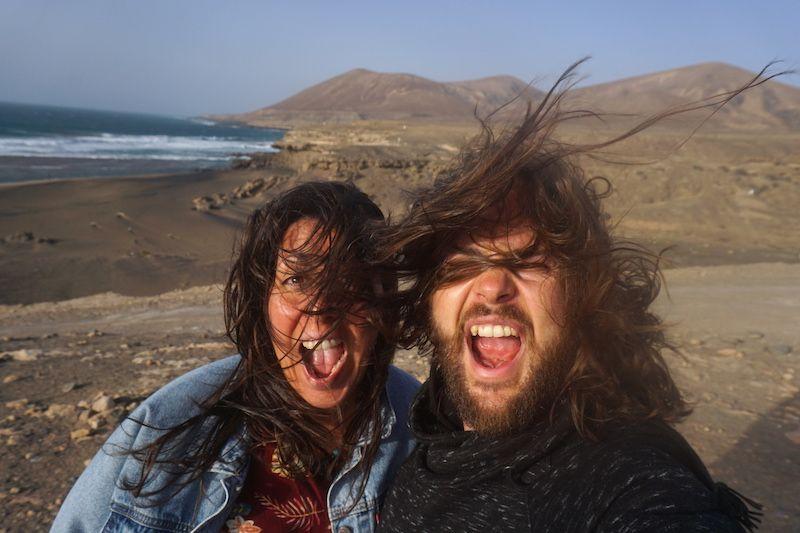 ¡Qué Fuerte...Vientura! Los fuertes vientos de la isla majorera nos ayudaron a hacer lo que más nos gusta: payasear (es decir, hacer el payaso). No os llevéis la vida demasiado en serio, Randomtrippers. A nosotrxs nos va funcionando en esto de intentar ser lo más felices posible