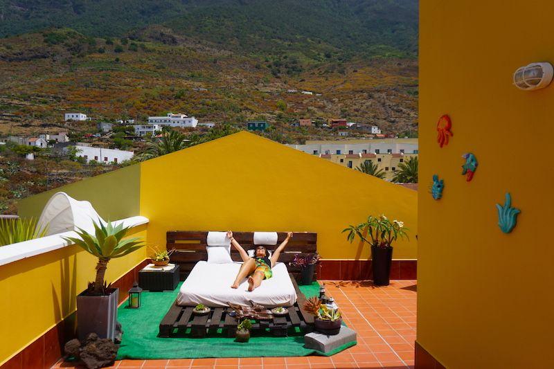 La terraza común de Los Verodes es enorme y cuenta con distintos espacios.