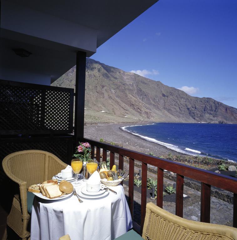 Terraza de la habitación en el Parador de El Hierro. Foto de Booking