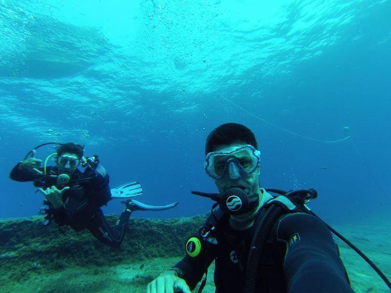 Selfie submarinista con Borja, otro buceador que conocimos en La Restinga junto a Tania, pareja con quienes acabamos por hacer planes juntxs a superficie. ¡Lo que une el mar, la tierra no separa!