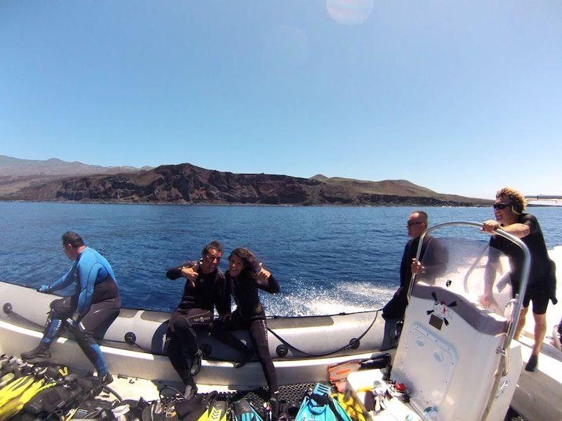 Inês y Tania deseando entrar en el agua. Este día veríamos al mero más grande que hemos visto en nuestras vidas. Antonio (El Tamboril) dirigiendo la embarcación con una sonrisa en la cara, como siempre.