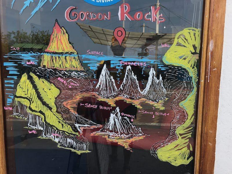 Pintada de Gordon Rocks en el escaparate de un centro de Puerto Ayora