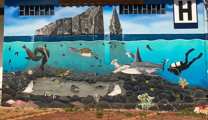 Mural del increíble mundo submarino del León Dormido en Puerto Baquerizo