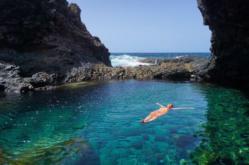 El Hierro, paraíso de charcos naturales volcánicos de aguas turquesa. Aquí, en el Charco Azul, uno de los imprescindibles de la isla