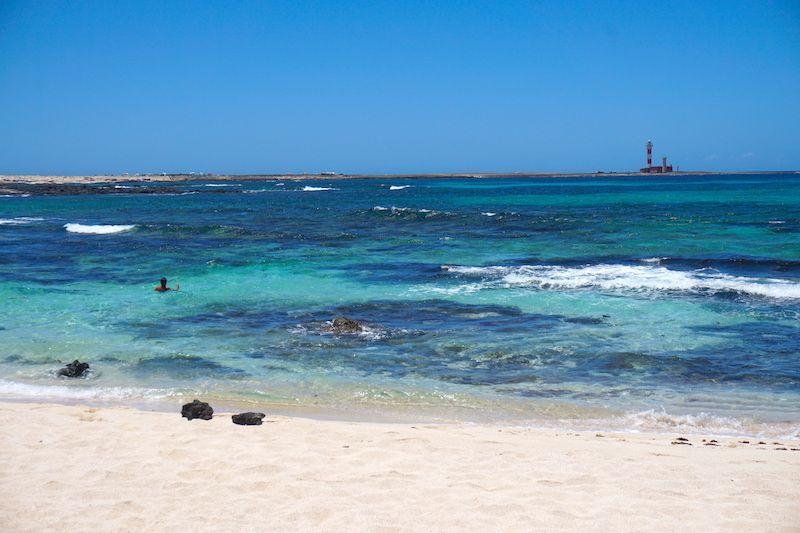 Playa de los Charcos, con el Faro del Tostón al fondo