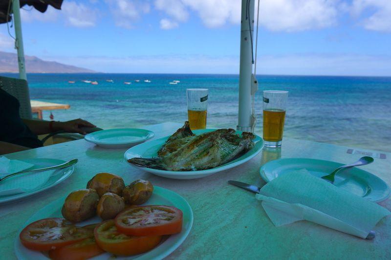 Vistas inmejorables para comer un buen pescado después de unos chapuzones en la Playa de los Ojos, en el Caletón