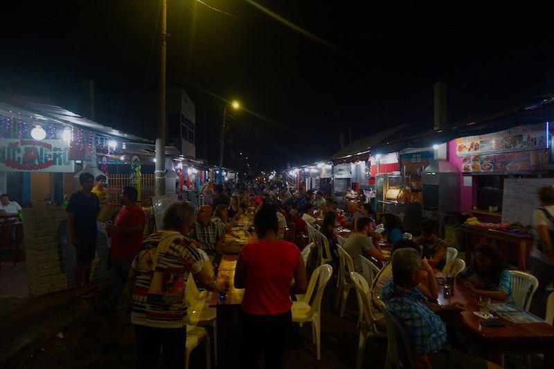 La calle Charles Binford de Puerto Ayora, conocida como la calle Kiosko repleta de mesas para cenar pescado y marisco fresco