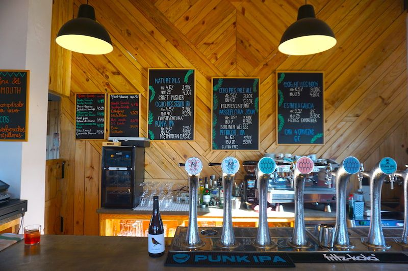 Planazo al final de tarde: probar cervezas artesanas locales en la Bodega de Lajares