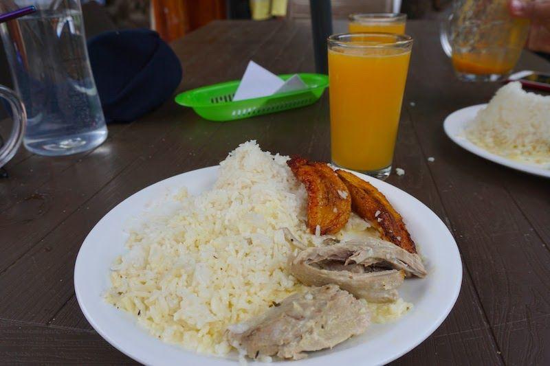Almuerzo del día en el chiringuito de Plata Mann: pescado, arroz y plátano frito (4$)