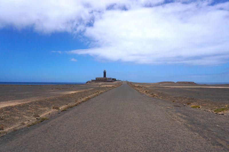 El Faro de Jandía al fondo de la carretera