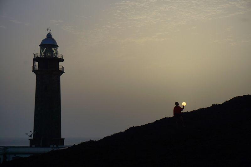 Jugando con el sol en el Faro de Orchilla al atardecer