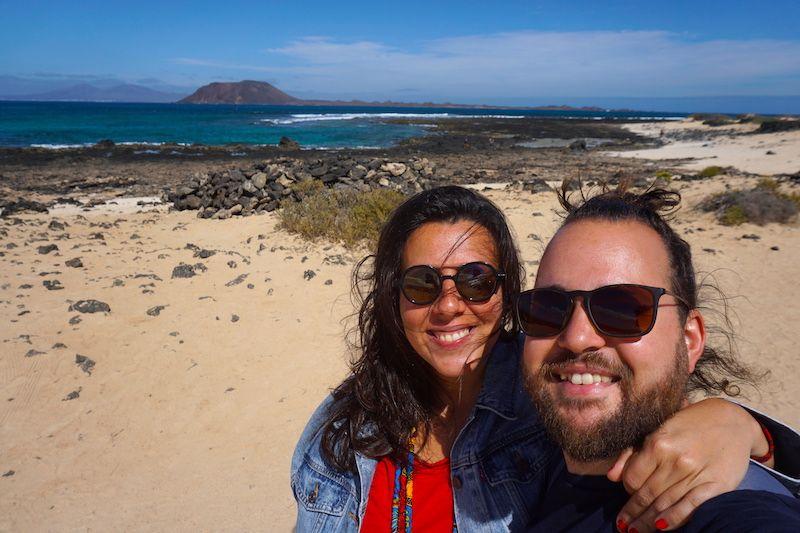 Nosotrxs en las playas de Corralejo con la isla de Lobos al fondo