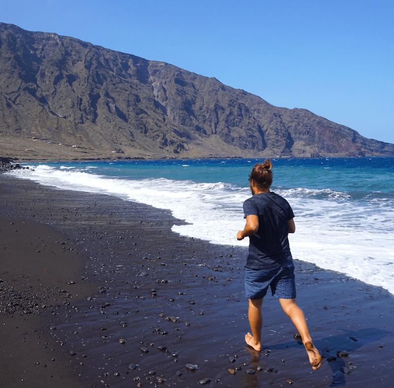 Chris corriendo por la arena negra de Las Playas