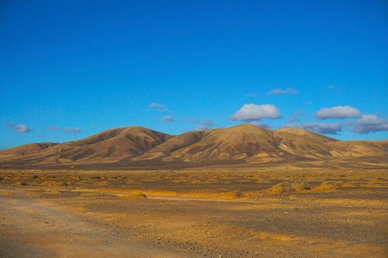 El paisaje de montañas majoreras que te encuentras al subir de la playa de la Escalera o de Esquinzo