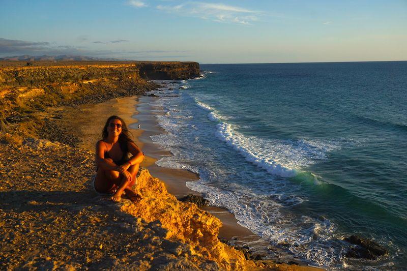 Definición gráfica de felicidad: atardecer al sur del Cotillo después de un día increíble de playa