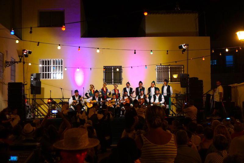Música tradicional herreña por la noche, en la pequeña plaza principal de La Restinga