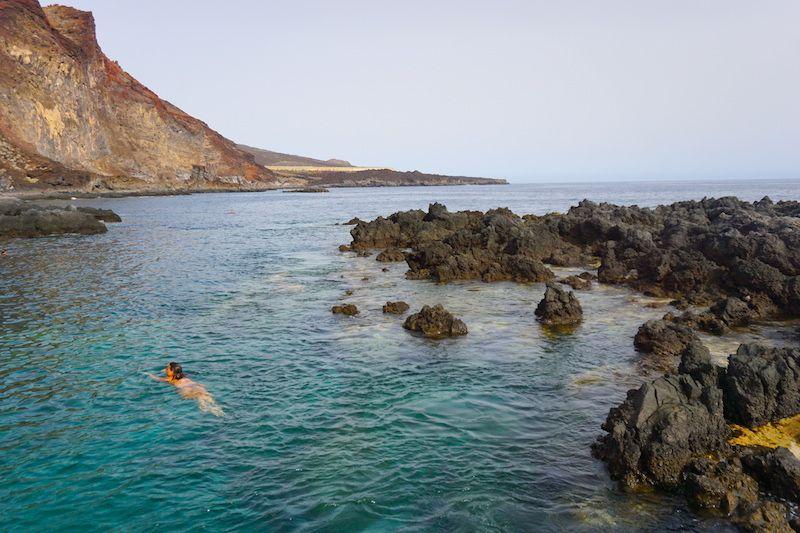 ¡Felizmente nos queda Tacorón! Esta piscina natural cerca de La Restinga será el único sitio donde podrás ir a relajar en la isla el día que hagas inmersiones debido al síndrome de descompresión