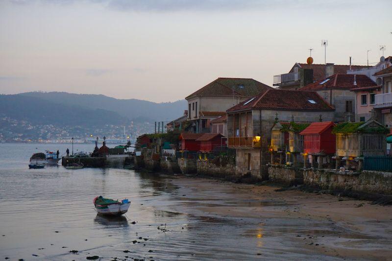 El bello pueblo de Combarro con sus piornos a orillas de la ría