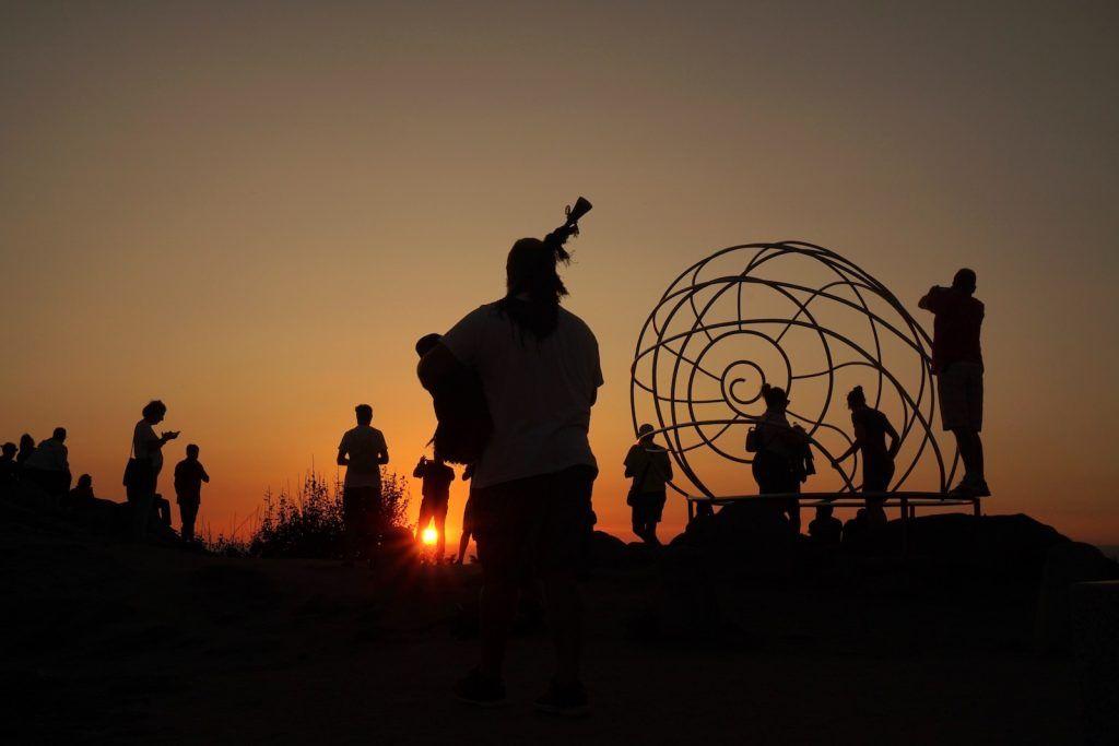 un gaiteiro poniendo banda sonora a la puesta de sol que disfrutamos en Cabo Home, Cangas