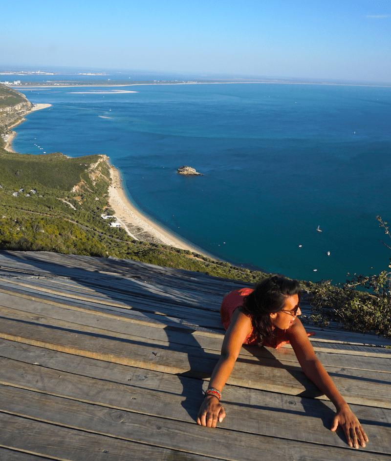 Una antigua base de parapente hecha mirador donde hacer fotos muy locas en la Serra da Arrábida (Setúbal, Portugal)