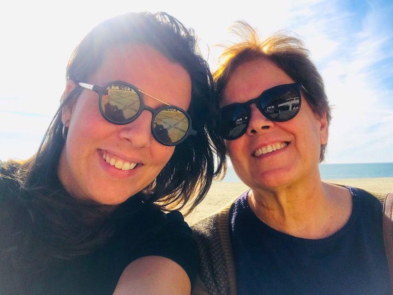 Mi madre y yo disfrutando de la vista de una de las mejores combinaciones que existen en cualquier época del año: Arrábida y mar