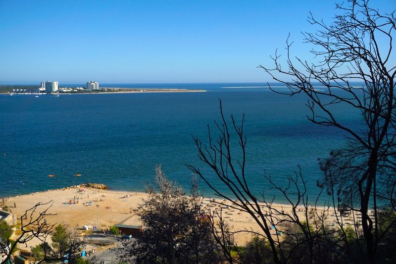 La playa de Albarquel desde el mirador de Albarquel con la península de Troia en frente