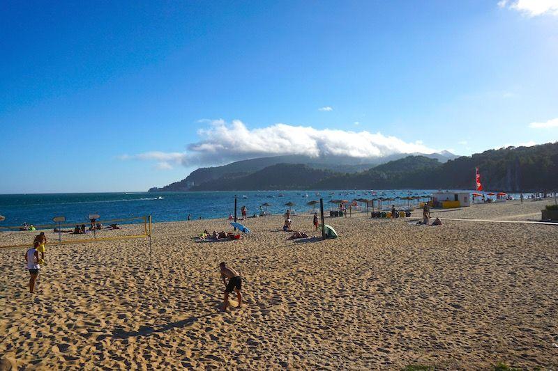A la playa de Albarquel podrás llegar caminando desde la ciudad (o en bicicleta)