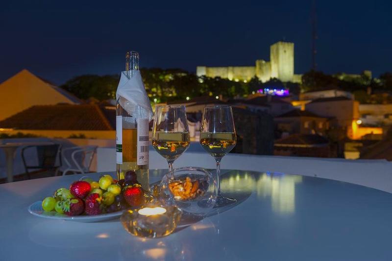 Vistas del Castillo de Palmela iluminado en Porta da Arrábida Hostel & Suites. Foto de Booking
